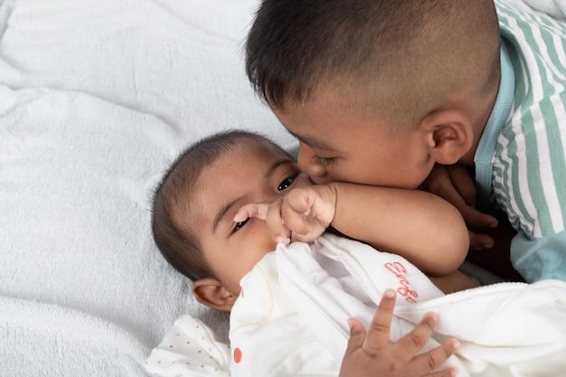 Mignon, deux, baiser frère Photo Premium