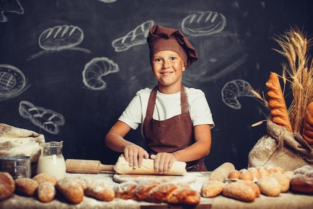 Mignon, garçon, à, cuisiner chef Photo Premium