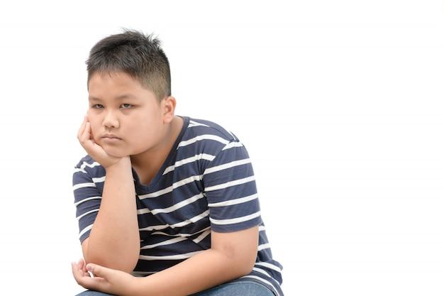 Mignon gros garçon s'ennuie et solitaire isolé Photo Premium
