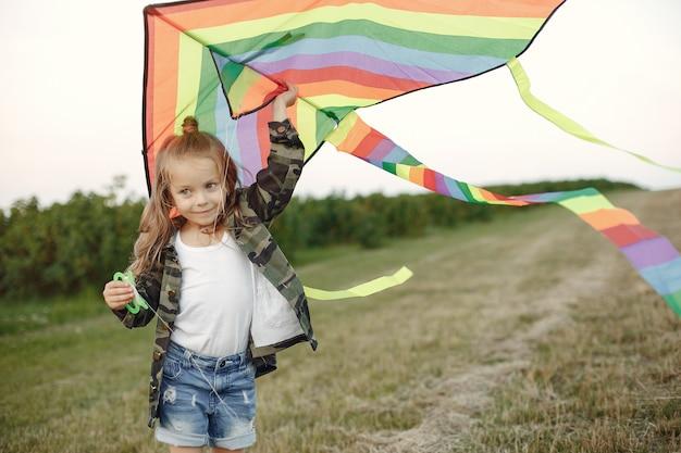 Mignon Petit Enfant Dans Un Champ D'été Avec Un Cerf-volant Photo gratuit