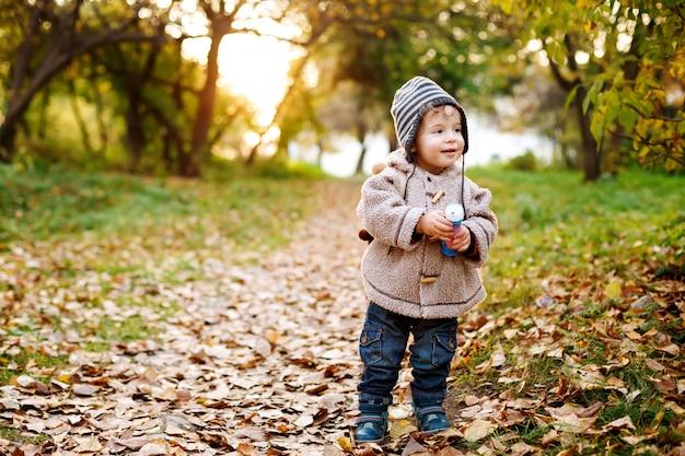 Mignon Petit Enfant Debout Dans Les Feuilles D'automne Photo Premium