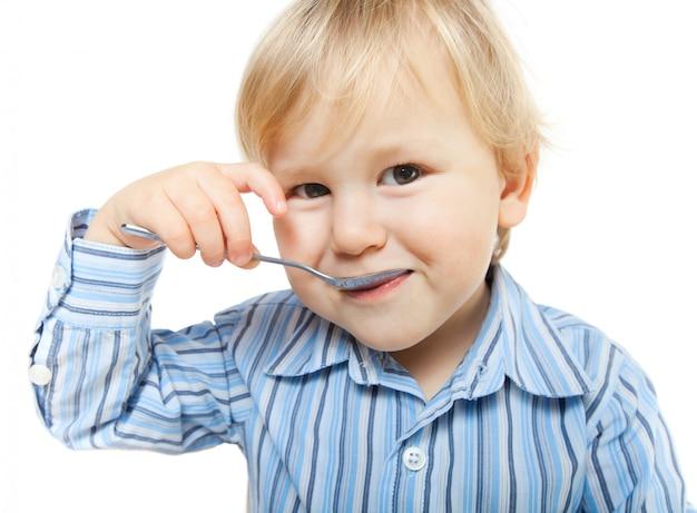 Mignon petit enfant en train de manger Photo Premium