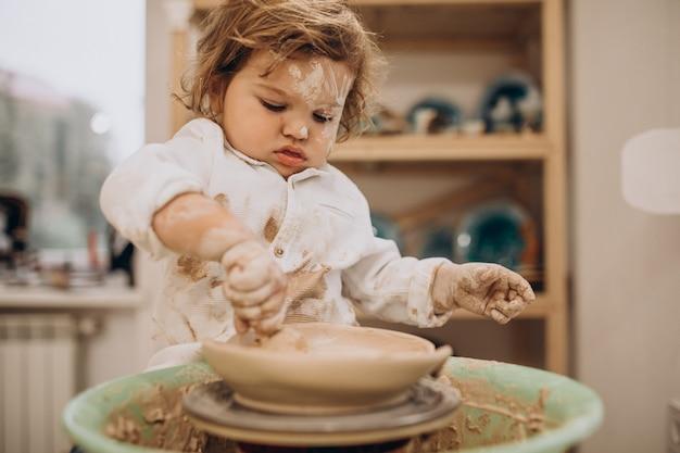 Mignon Petit Garçon à Un Cours De Poterie Photo gratuit
