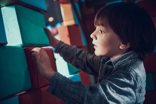Mignon petit garçon jouant avec des blocs souples Photo Premium