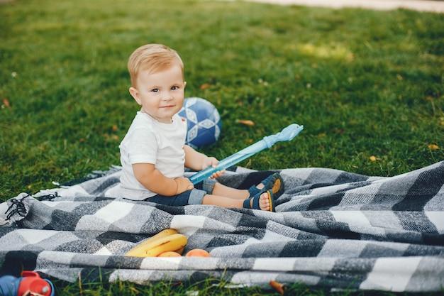 Mignon petit garçon jouant dans un parc Photo gratuit