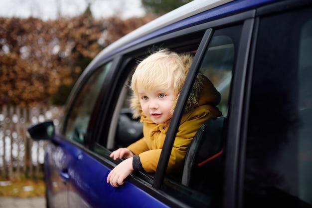 Un mignon petit garçon prêt pour un roadtrip ou un voyage Photo Premium