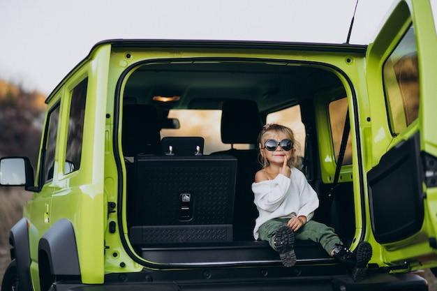 Mignonne Petite Fille Assise à L'arrière De La Voiture Photo gratuit