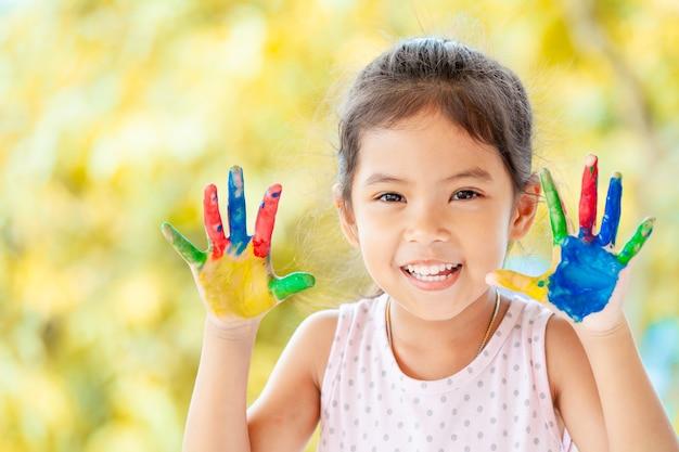 Mignonne Petite Fille Enfant Asiatique Avec Des Mains Peintes Souriant Avec Plaisir Et Bonheur Photo Premium