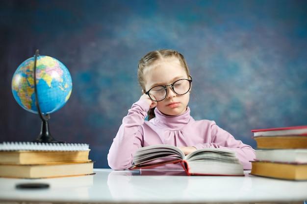 Mignonne Petite Fille étudiante élénentaire Lire Le Livre Photo Premium