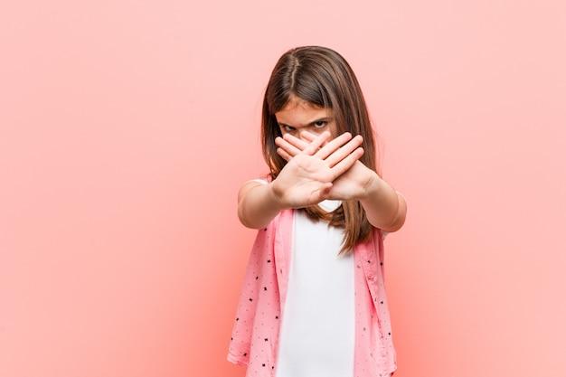Mignonne petite fille geste doenial Photo Premium