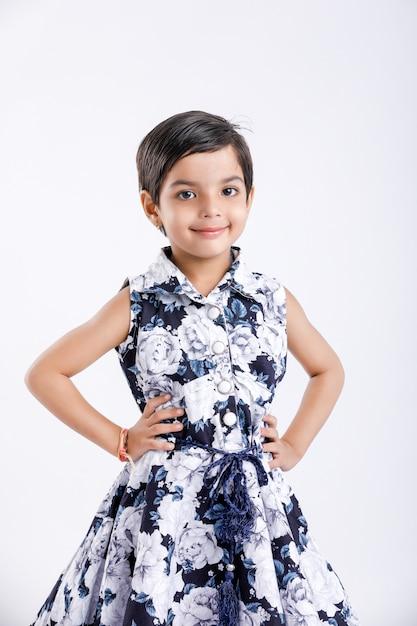 Mignonne petite fille indienne debout Photo Premium