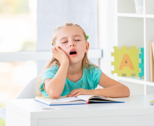 Mignonne Petite Fille Rêvant à L'école Photo Premium