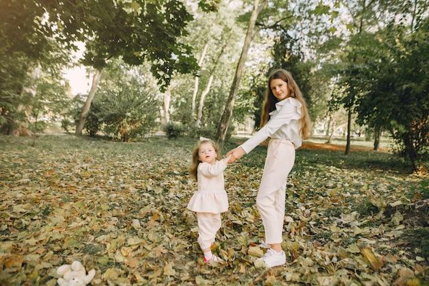 Mignonnes Petites Soeurs Jouant Dans Un Parc De Printemps Photo gratuit
