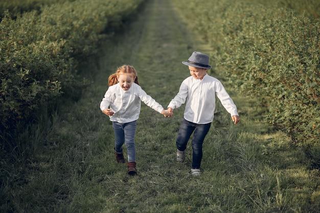 Mignons petits enfants dans un champ de printemps Photo gratuit