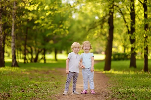 Mignons Petits Enfants Jouant Ensemble Et Se Tenant La Main Au Soleil Photo Premium