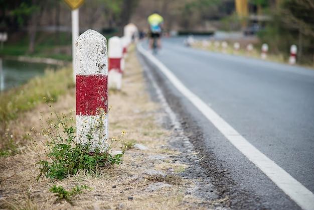 Mile stone près de la route locale Photo gratuit