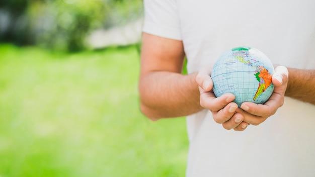 Milieu, section, homme, tenue, globe, main Photo gratuit