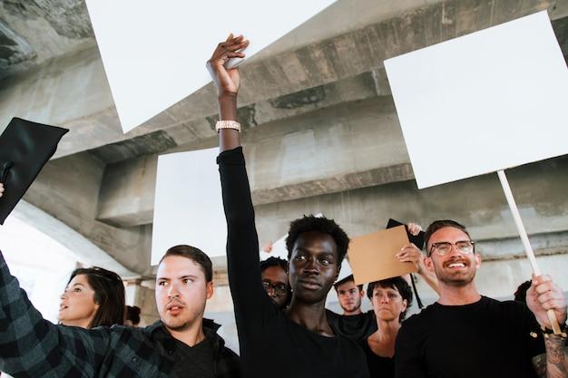 Des Militants En Colère Manifestent Dans Une Ville Photo Premium
