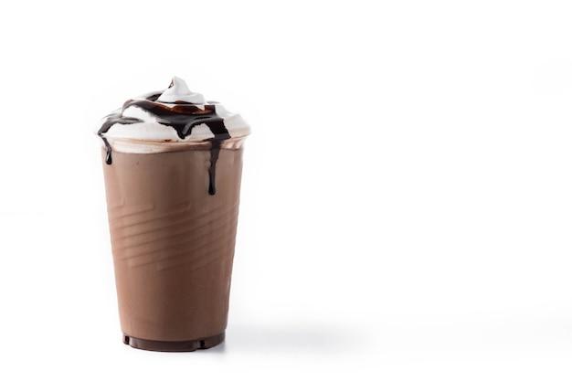 Milk-shake Glacé Au Chocolat Isolé Sur Une Surface Blanche Photo Premium