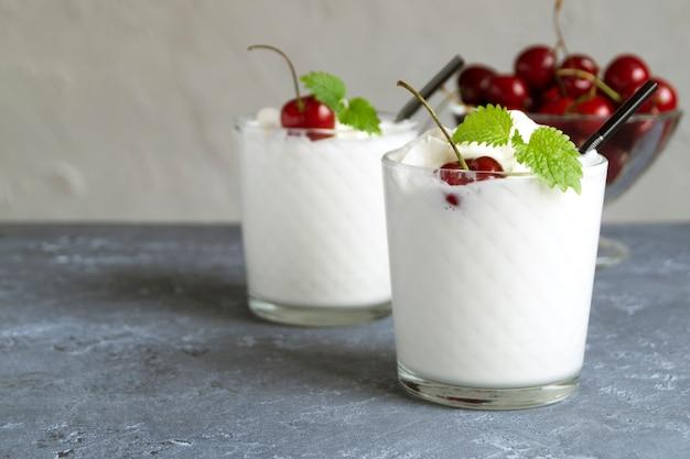 Milkshake aux cerises. sur un fond gris. Photo Premium