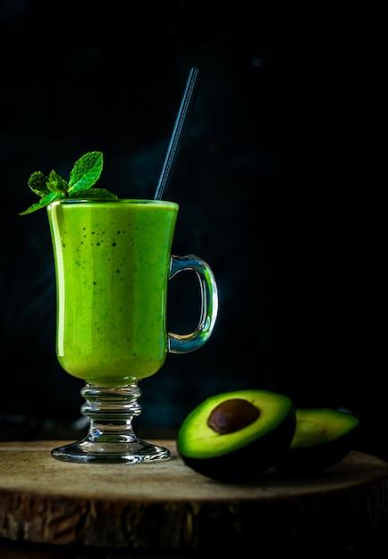 Milkshake à L'avocat Vert. Smoothie Délicieux Et Sain Photo Premium