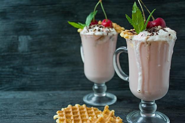 Milkshake à la cerise avec glace et crème fouettée Photo Premium
