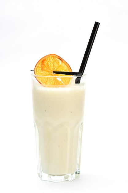 Milkshake à L'orange Sur Fond Blanc Photo Premium