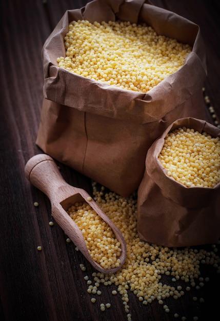 Millet grain dans des sacs en papier Photo Premium