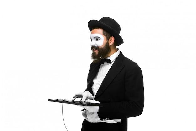 Mime Comme Un Homme D'affaires Tenant Un Clavier Photo gratuit