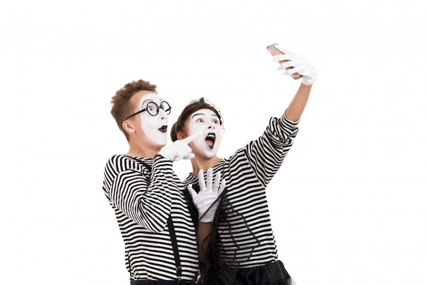 Mimes souriants en chemises à rayures. Photo Premium