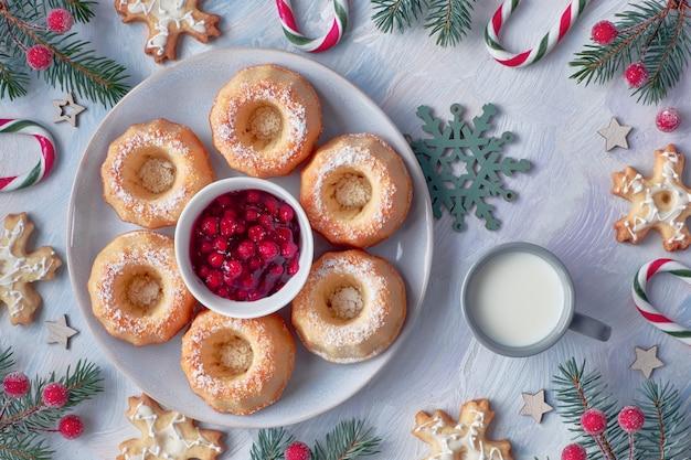 Mini bundt gâteaux à la confiture de myrtille rouge sur un fond texturé clair Photo Premium