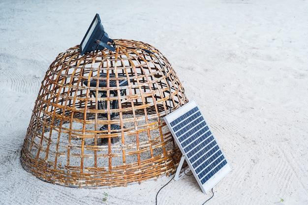 Mini cellule solaire électrique sur une plage Photo Premium