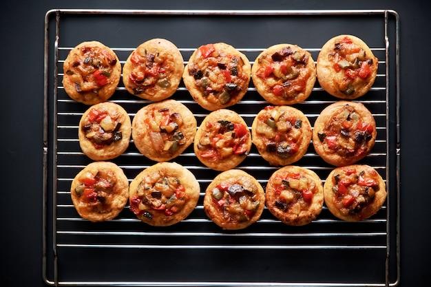 Mini pizzas fraîchement cuites au four Photo Premium