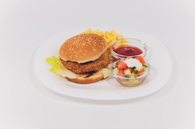 Mini Plateau De Burger Avec Salade De Frites Isolé Photo Premium