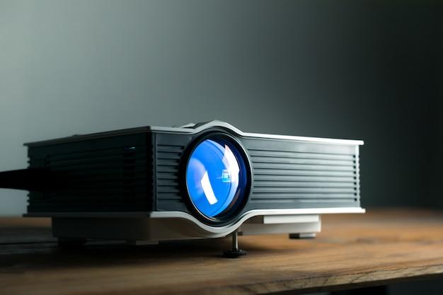 Mini projecteur à led sur table en bois dans un concept de home cinéma pour projecteur de pièce. Photo Premium
