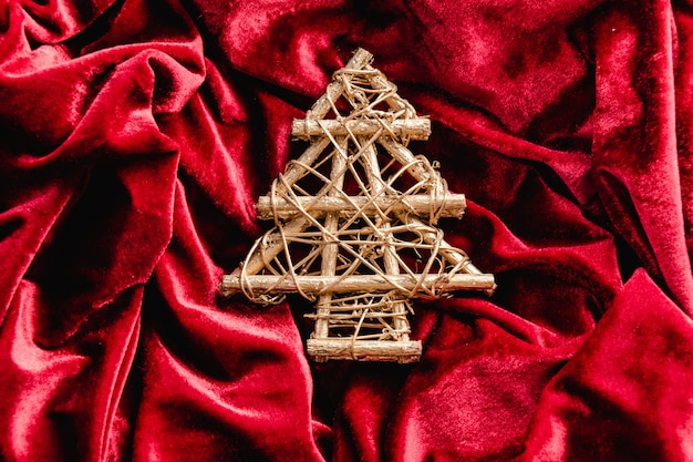 Mini Sapin De Noël En Velours Rouge. Décoration De Noël Photo Premium