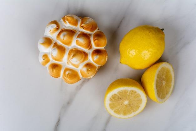 Mini tarte au citron et citrons Photo Premium