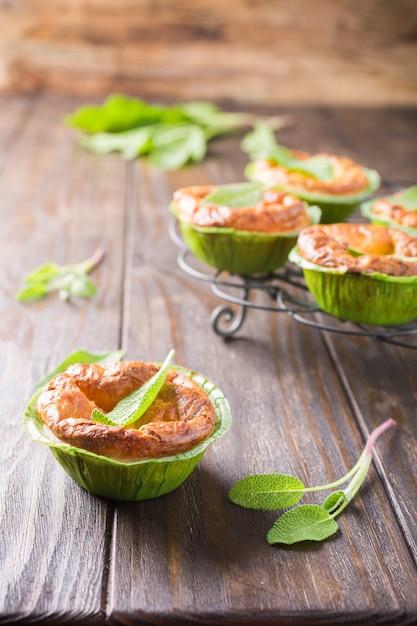 Mini-tartes Au Cheddar Et Aux Poireaux Photo Premium