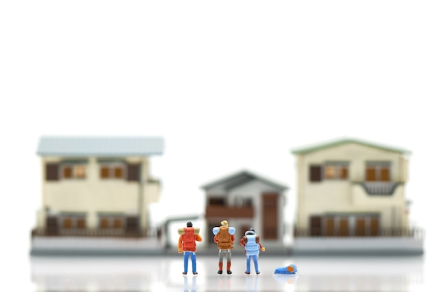 Miniature 3 personnes sur les modèles de maisons et d'hôtels Photo Premium