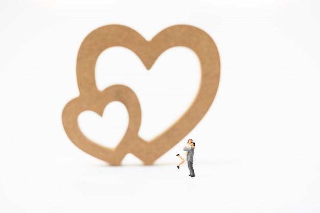Miniature, de, a, femme, et, a, homme, amour, devant, coeur, signe, à, copyspace Photo Premium