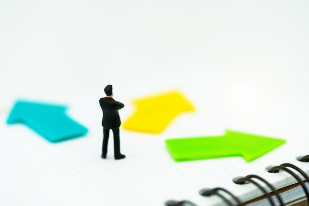 Miniature de gens debout avec un choix de chemin de flèche Photo Premium