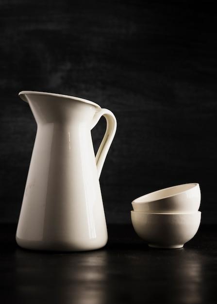 Minimalist petites tasses blanches et un pichet Photo gratuit