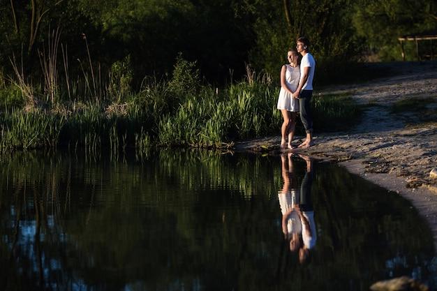Mirando el le lago de pareja Photo gratuit