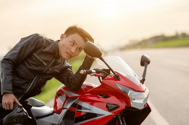 Miroir cherche beau motard pour vérifier son visage sur la route Photo Premium