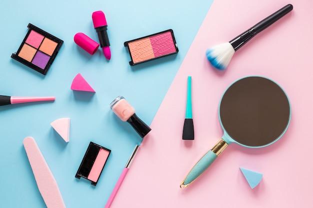 Miroir avec différents produits cosmétiques sur une table lumineuse Photo gratuit