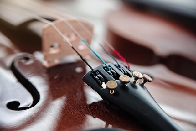 En mise au point sélective des accordeurs fins sur la face avant du violon Photo Premium