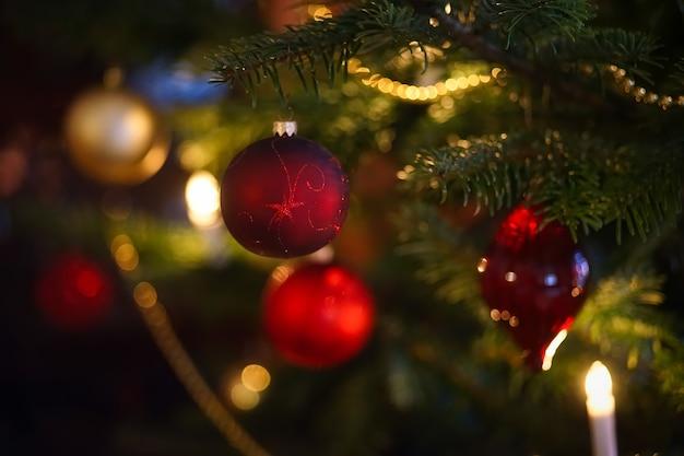 Mise Au Point Sélective De Boules Rouges Sur L'arbre De Noël Vert Photo gratuit