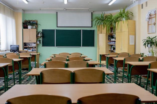 Mise Au Point Sélective Douce Et Floue.chaises De Conférence En Bois Ancien Dans Une Salle De Classe Dans Une école Médiocre. Photo Premium