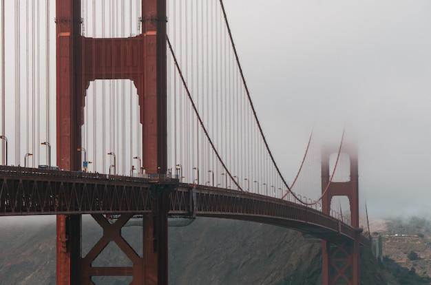 Mise Au Point Sélective Du Golden Gate Bridge Couvert De Brouillard à San Francisco, Californie, Usa Photo gratuit