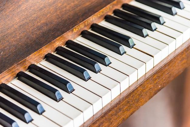 Mise au point sélective sur les touches du piano vintage Photo gratuit